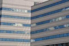 有角度的办公楼反射的天空&云彩,波特兰,俄勒冈 免版税库存照片