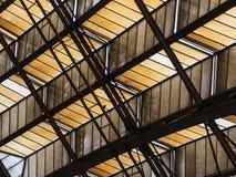 有角度的天花板摘要与支撑梁的 免版税库存图片