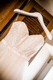 有角度的婚礼礼服 免版税库存照片