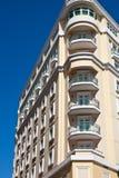 有角度的蓝色旅馆天空黄色 免版税图库摄影
