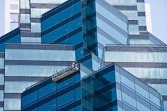 有角度的蓝色玻璃墙 免版税库存图片