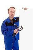 有角度研磨机的工作者在他的拿着空白的标志bil的手上 库存照片