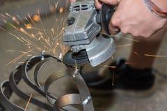 有角度研磨机的金属工作者-发火花 库存图片