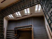 有角楼梯在古老Obecni dum市政议院里在奥帕瓦河,有栏杆和楼梯的捷克与a 免版税库存图片