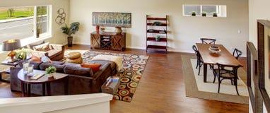 有角正餐内部客厅沙发无盖货车 从楼梯的全景 库存照片