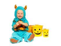 有角的万圣夜妖怪服装的小男孩 免版税库存图片