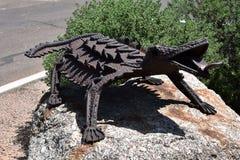 有角的蜥蜴的铁雕塑 库存图片