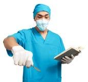 有解剖刀的医科学生 免版税库存照片