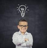 有解答想法电灯泡的聪明的男孩在头上 库存照片