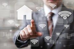 有触摸屏幕房子网络wifi标志的人 免版税库存照片