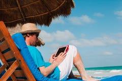 有触摸板的人在热带海滩 免版税库存照片