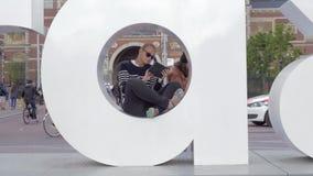 有触摸板的妇女在I里面阿姆斯特丹信件  股票视频