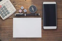 有计算器、纸、模子、指南针、巧妙的电话和笔的木背景书桌 免版税库存照片
