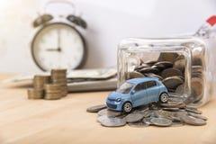 有计算器和金钱的汽车在木桌上 免版税库存照片