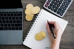 有计算器和金黄bitcoin的膝上型计算机 Cryptocurrency投资 库存图片