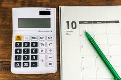 有计算器&笔的10月组织者 免版税库存图片