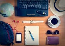 有计算机、供应、咖啡杯和个人ite的办公桌 免版税库存图片