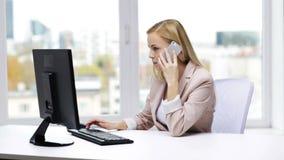 有计算机和智能手机的微笑的女实业家 股票视频