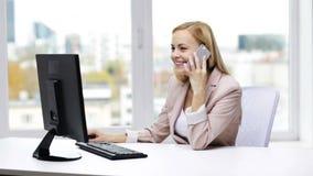 有计算机和智能手机的微笑的女实业家 股票录像
