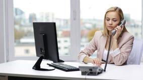 有计算机和电话的微笑的女实业家 影视素材