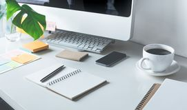 有计算机和设备办公室的工作台 图库摄影