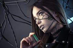 有计算机国际庞克拿着电池的样式构成的迷人的机器人女孩手中,概念节能 库存照片