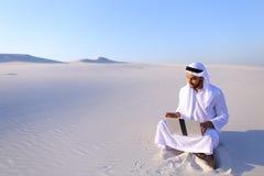 有计算机工程的Emirati人专业设计师射出 库存图片
