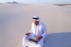 有计算机工程的Emirati人专业设计师射出 库存照片