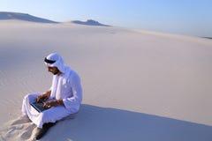 有计算机工程的Emirati人专业设计师射出 图库摄影