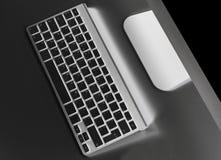 有计算机无线键盘和老鼠的企业工作场所在老黑桌背景 有拷贝空间的办公桌 库存图片
