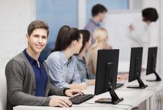 有计算机显示器的学生在学校 免版税库存图片