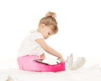 有计算机片剂的小女孩。 免版税图库摄影