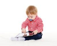 有计算机片剂的小婴孩 库存图片