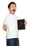 有计算机片剂的男孩发现了一个臭虫并且做警报声音,信息保障概念 免版税库存照片