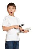 有计算机片剂的男孩发现了一个臭虫,信息保障概念 库存照片