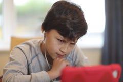 有计算机片剂的男孩 库存照片