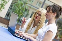 有计算机的两名女实业家 免版税库存图片