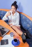 有计算机的休息的妇女 免版税库存图片