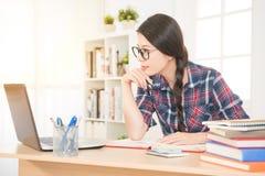 有计算机的在网上学习的学生 免版税库存图片