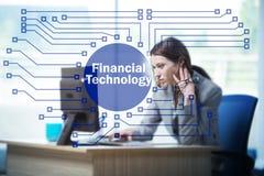 有计算机的女实业家在浓缩财政技术的fintech 免版税图库摄影
