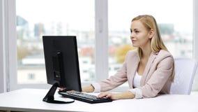 有计算机的女实业家键入在办公室的 股票视频