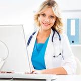有计算机的女性医生 免版税图库摄影