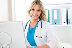有计算机的女性医生 免版税库存图片