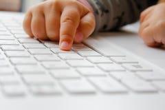 有计算机的孩子 免版税库存图片