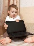 有计算机的小孩 库存照片