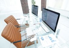 有计算机的时髦的工作场所在现代办公室 库存照片