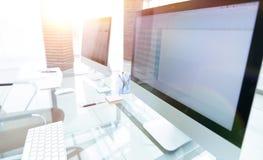 有计算机的时髦的工作场所在现代办公室 免版税库存照片