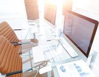 有计算机的时髦的工作场所在现代办公室 免版税图库摄影