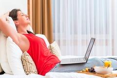 有计算机的睡着的少妇 库存照片