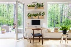 有计算机的禅宗家庭办公室在美丽,宽敞生活ro 图库摄影